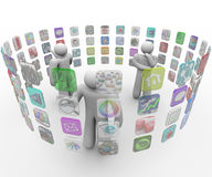 La gente elige Apps en las paredes proyectadas de la pantalla táctil Imagen de archivo