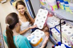 La gente elige el papel higiénico en tienda Fotos de archivo libres de regalías