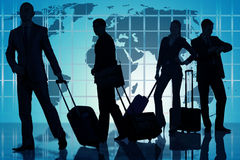 La gente en el aeropuerto con equipaje Imagen de archivo libre de regalías