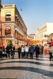 La gente en el centro histórico de Macao adornó Imagen de archivo