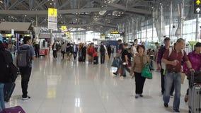 La gente en el edificio del pasajero del aeropuerto de Suvarnabhumi es uno de dos aeropuertos internacionales Bangkok, Tailandia almacen de metraje de vídeo