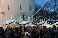La gente en el mercado de la Navidad en catedral ajusta en Vilna Imagen de archivo libre de regalías
