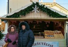 La gente en el mercado de la Navidad en la catedral de Vilna ajusta Fotografía de archivo