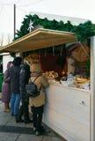 La gente en el mercado de la Navidad en la catedral de Vilna ajusta Imagenes de archivo