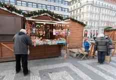 La gente en el mercado famoso de la Navidad del advenimiento en Wenceslao ajusta Fotografía de archivo