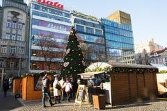 La gente en el mercado famoso de la Navidad del advenimiento en Wenceslao ajusta Foto de archivo