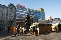 La gente en el mercado famoso de la Navidad del advenimiento en Wenceslao ajusta Imagen de archivo libre de regalías
