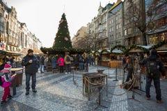 La gente en el mercado famoso de la Navidad del advenimiento en Wenceslao ajusta Imágenes de archivo libres de regalías