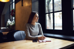 La gente en el trabajo concentró en trabajo para medir el tiempo para el plazo que coordinaba con el redactor Fotografía de archivo libre de regalías