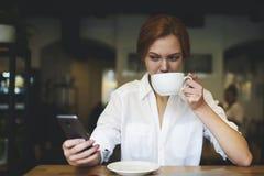 La gente en el trabajo conectó con Internet inalámbrico en café Imagenes de archivo