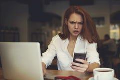 La gente en el trabajo vía smartphone conectó con la conexión inalámbrica libre a Internet Fotografía de archivo libre de regalías