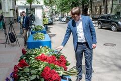 La gente en Kiev honra la memoria de ésos matados en attentado terrorista en Manchester Imagenes de archivo
