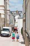 La gente en la calle Rue de L'Espine adentro enoja Imagenes de archivo
