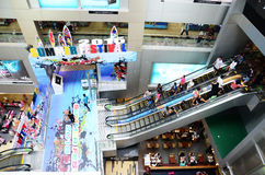 La gente en la escalera móvil es una escalera móvil Fotos de archivo libres de regalías