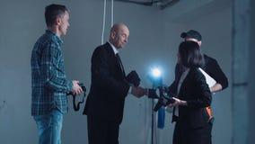 La gente en las auriculares de VR que miran el futuro 3D proyecta