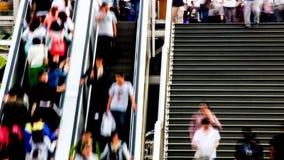 La gente en las escaleras móviles y pasos en Pekín almacen de video