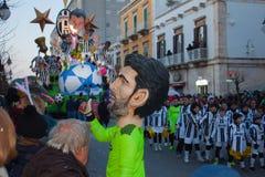 La gente en los trajes del carnaval del fútbol aporrea a Juventus imagen de archivo