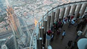 La gente en plataforma de observación en el top, 124 suela, rascacielos de Burj Khalifa, Dubai almacen de metraje de vídeo