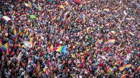 La gente en Taksim ajusta para el desfile de orgullo de LGBT Fotografía de archivo