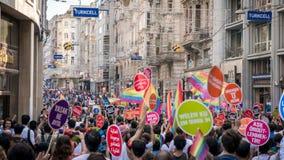 La gente en Taksim ajusta para el desfile de orgullo de LGBT Imagenes de archivo