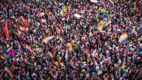 La gente en Taksim ajusta para el desfile de orgullo de LGBT Fotos de archivo libres de regalías
