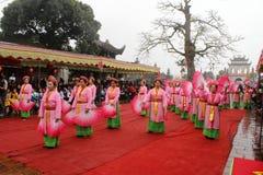 La gente en trajes tradicionales arregla letras en el Año Nuevo para la suerte en el templo de Mao Dien Foto de archivo libre de regalías