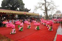 La gente en trajes tradicionales arregla letras en el Año Nuevo para la suerte en el templo de Mao Dien Imagen de archivo