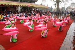 La gente en trajes tradicionales arregla letras en el Año Nuevo para la suerte en el templo de Mao Dien Fotos de archivo libres de regalías