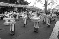 La gente en trajes tradicionales arregla letras en el Año Nuevo para la suerte en el templo de Mao Dien Fotografía de archivo libre de regalías