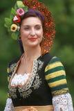 La gente en trajes tradicionales baila horo búlgaro un prado imágenes de archivo libres de regalías