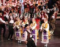 La gente en trajes tradicionales del folclore realiza la danza popular Horo b?lgaro foto de archivo