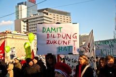 La gente en Viena está demostrando contra el recorte presupuestario del gobierno para las familias Foto de archivo