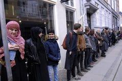 La gente encadena para los judíos en Dinamarca Fotografía de archivo libre de regalías