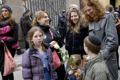 La gente encadena para los judíos en Dinamarca Imagenes de archivo