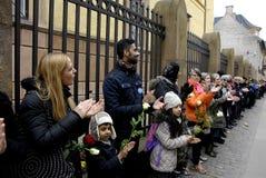 La gente encadena para los judíos en Dinamarca Fotografía de archivo