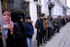 La gente encadena para los judíos en Dinamarca Imagen de archivo