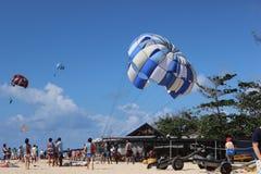 La gente es bastante valiente intentar este paracaídas Fotografía de archivo libre de regalías