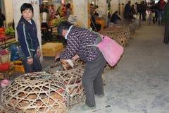La gente es de compra y vendedora de pollos en China; los pollos pueden transferir el virus de los Sars y el virus H7N9 en China,  Foto de archivo libre de regalías