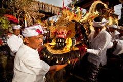 La gente es ritual realizado de Melasti. Fotografía de archivo libre de regalías