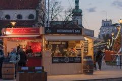 La gente es vino reflexionado sobre que hace compras en el mercado de la Navidad Fotografía de archivo libre de regalías