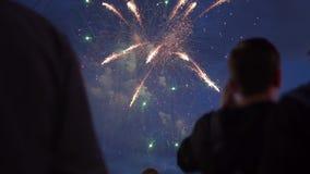 La gente esamina i fuochi d'artificio la notte stock footage