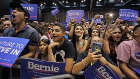 La gente escucha Bernie Sanders Speaks en la reunión presidencial, MES imágenes de archivo libres de regalías