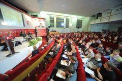 La gente escucha el altavoz en congreso internacional Fotos de archivo