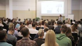 La gente escucha el altavoz Tecnologías de las TIC, plan total de la visión trasera Ciérrese para arriba dentro del edificio mode metrajes