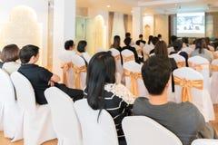 La gente escucha en el pasillo del seminario del negocio de la habitación Foto de archivo