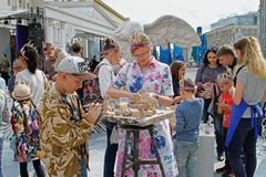 La gente esculpe figuras en la calle de Tverskaya en el día de la ciudad 870 años en Moscú Imagenes de archivo