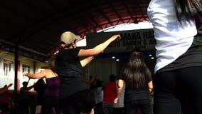 La gente esegue il ballo di Zumba archivi video