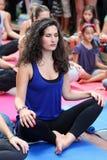 La gente esegue l'addestramento di yoga Fotografie Stock