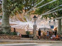 La gente espera el principio del día de fiesta municipal en poca plaza Fotos de archivo
