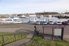 La gente espera el transbordador al gorinchem en el puerto de sleeuwijk en la n Fotografía de archivo libre de regalías